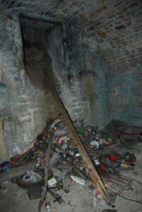 Ordures au pied d'un puits de ventilation